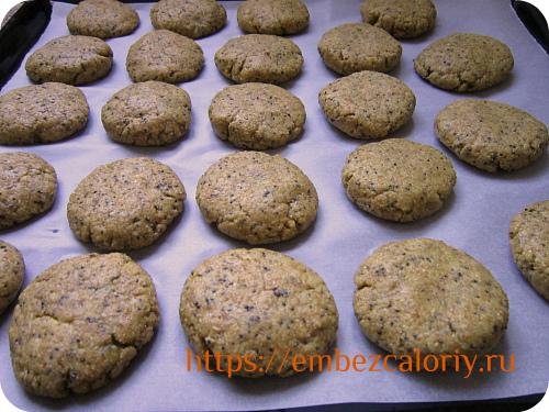 Формуем печенья, похожие на овсяные