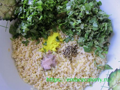 Смешиваем булгур с асафетидой, лимонным соком, маслом, перцем, зеленью