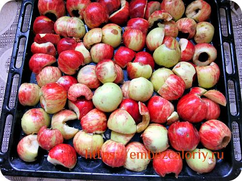 Яблоки укладываем на противень срезом вниз