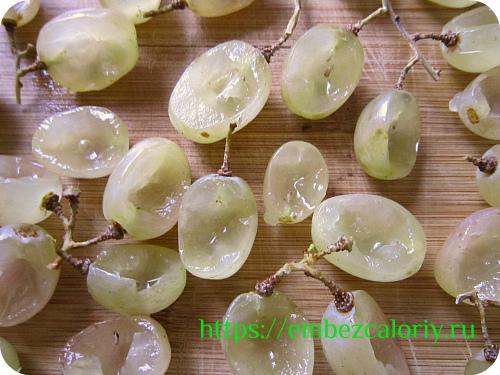 Виноград разрезаем вдоль на ¾ части