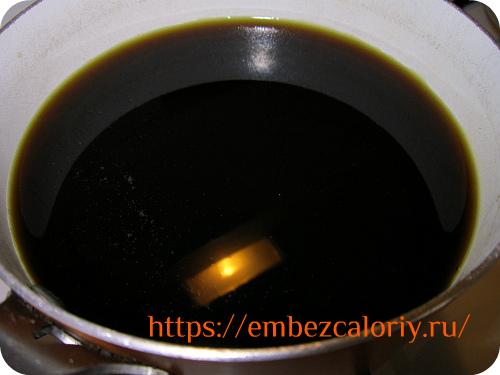 В воду добавляем пекмез (или сахар), перемешиваем