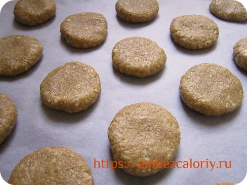 Укладываем печенье на противень