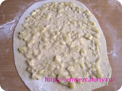 На следующие два пласта укладываем банановую начинку