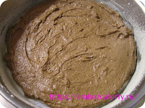 Шоколадную массу выкладываем на дно формы