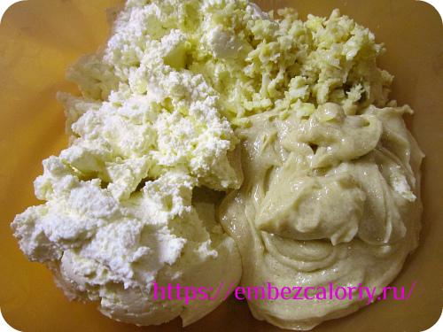 В творог добавляем цедру лимона, масляную смесь и перемешиваем