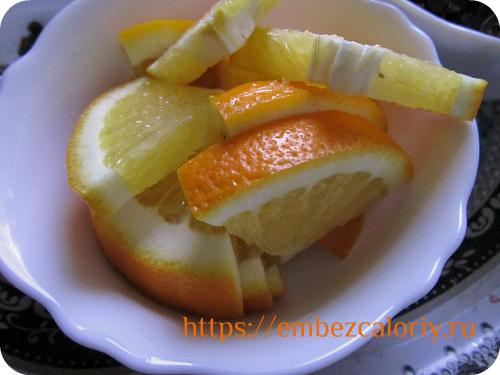 Апельсин нарезаем крупными дольками или ломтиками