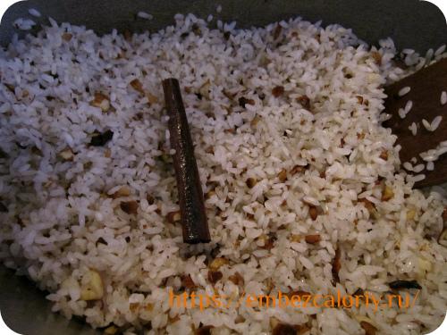 Добавляем подготовленный рис и томим до полупрозрачности