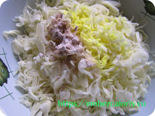 В капусту добавляем соль, сок лимона, асафетиду, сахар или мёд