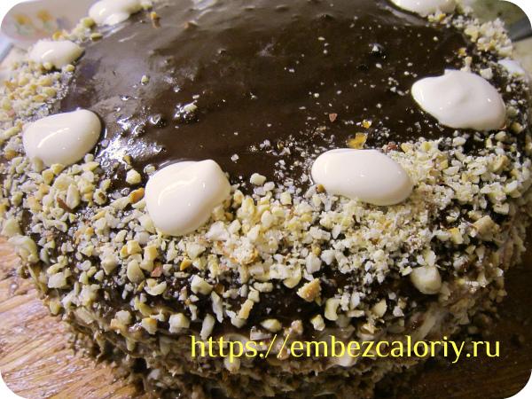 Обсыпаем бока и часть верха торта дроблёными орехами