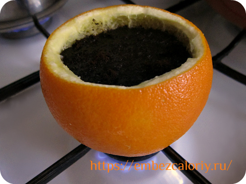 Заливаем холодной водой на 2/3 апельсиновой турки