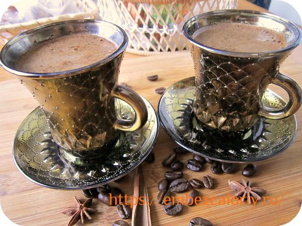 Разливаем напиток через ситечко в кофейные чашечки