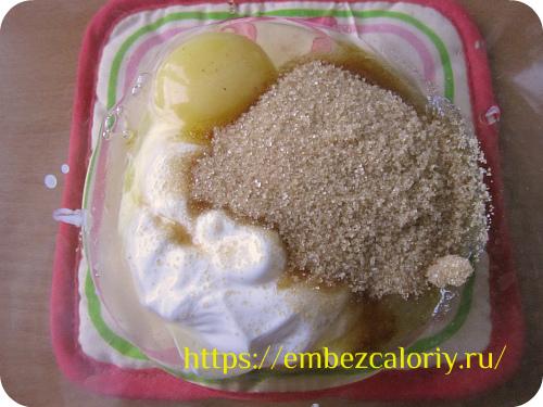 Соединяем яйца, сахар, соль и сметану