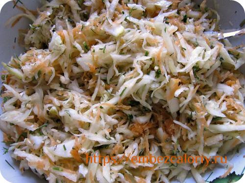 Заправляем салат, перемешиваем