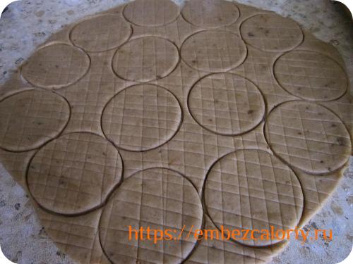 Тонко раскатываем тесто и формуем печенья