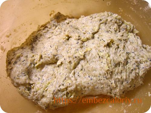 Замешиваем тягучее липкое тесто