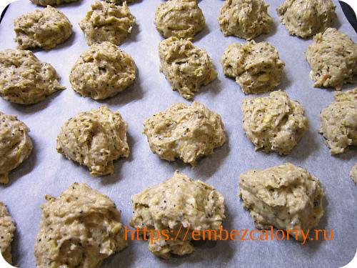 На противень укладываем тесто в виде печенья
