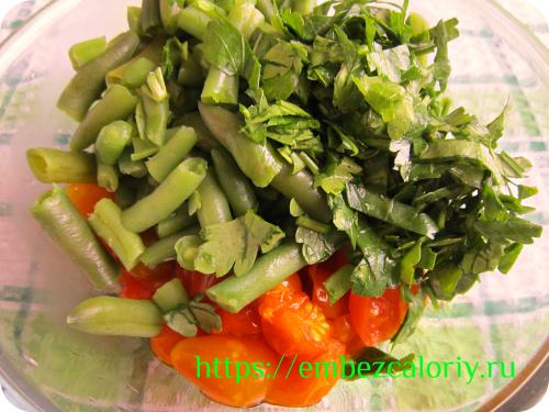 К помидорам добавляем фасоль, зелень