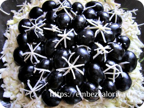 Укладываем половинки винограда и украшаем «снежинками» из сыра