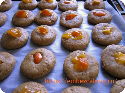 Заготовки печенья укладываем на противень