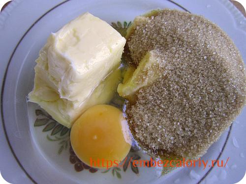 Масло взбиваем с сахаром и яйцом
