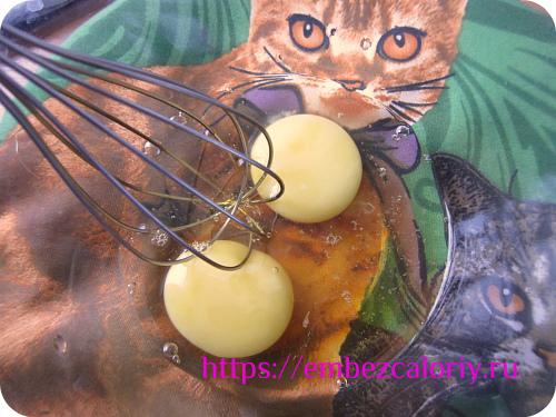 Слегка взбиваем яйца с сиропом агавы