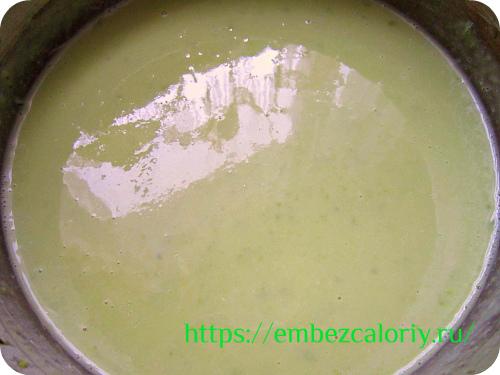 Молоко добавляем в пюре вместе с отваром