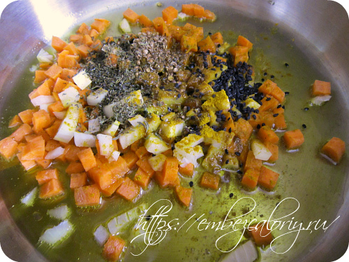 слегка обжариваем лук и морковь с пряностями
