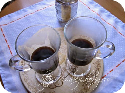 Разливаем готовый кофе в высокие бокалы на ½ объёма