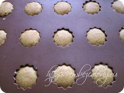Ставим формочки с тестом в заранее разогретую духовку