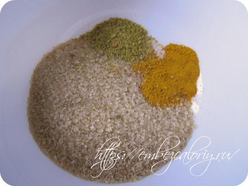 Добавляем соль, сахар, ванилин, пряности, перемешиваем