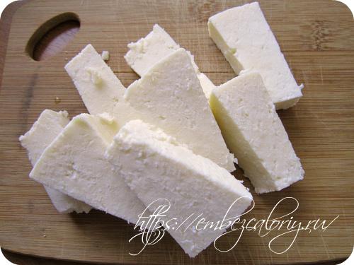 Сыр режем брусочками