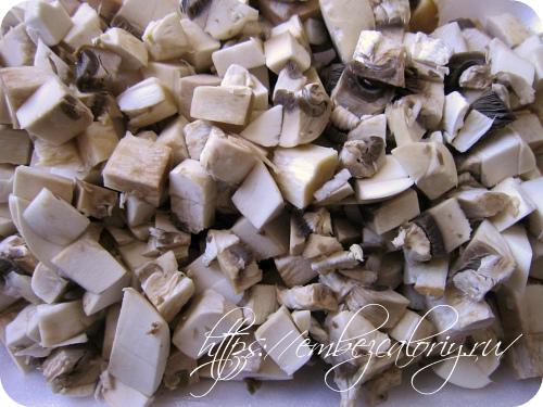 Промытые шампиньоны шинкуем кубиками и тушим