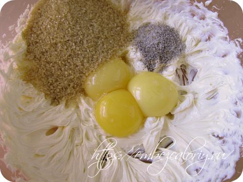 Добавляем соль, сахар, ванильный сахар, желтки, взбиваем