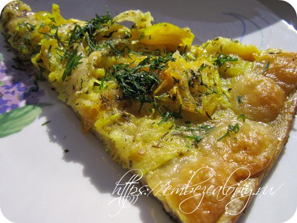 Пицца с луком и «кружевным» сыром готова!