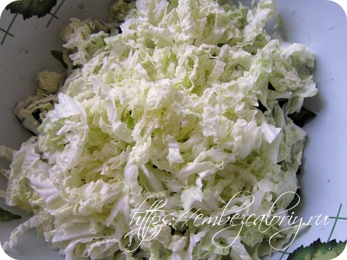 Добавляем нашинкованную пекинскую капусту