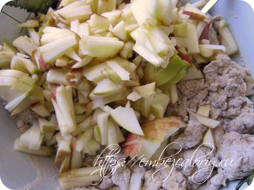 Яблоки измельчаем и добавляем к основной части