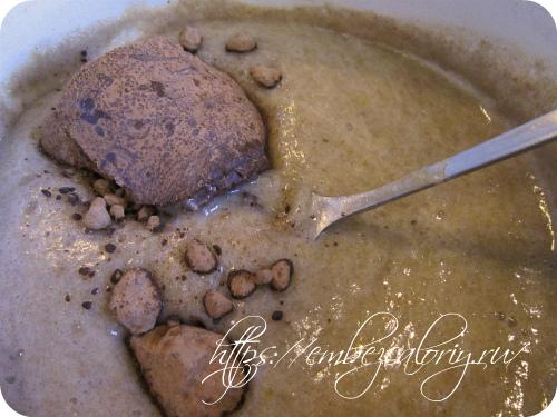 Добавляем в горячую массу тёртые какао бобы