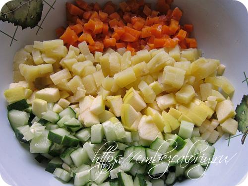Яблоко, огурцы, морковь и картофель нарезаем кубиками