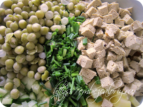 Добавляем рубленный зелёный лук, горошек и тофу