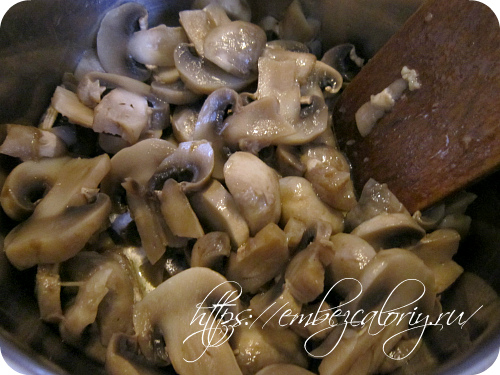 Томим грибы в масле при закрытой крышке