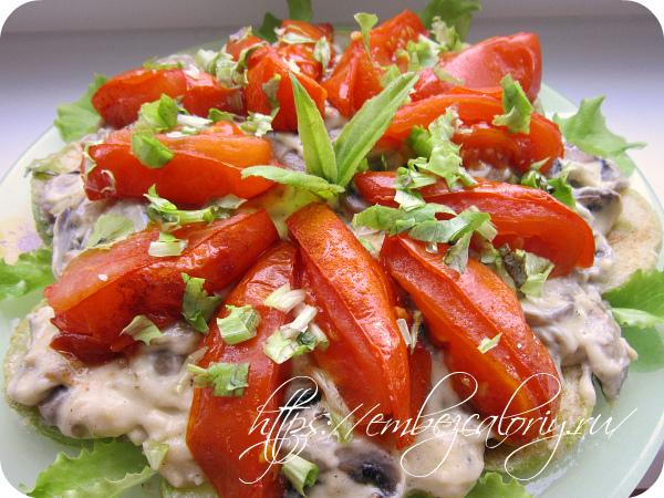 Сверху укладываем готовые помидоры и украшаем свежей зеленью