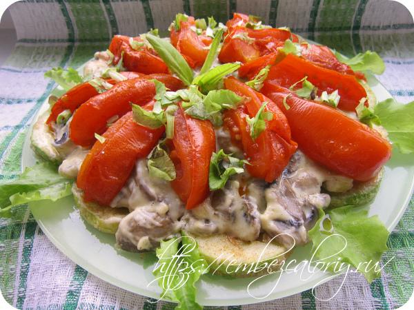 Кабачки с помидорами и грибами готовы!