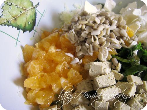 Дольки мандарин добавляем с ядрами семян подсолнечника