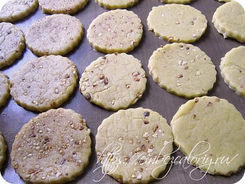 Формуем печенье специальной выемкой