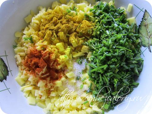 Картофель нарезаем на мелкие кубики, добавляем рубленную зелень, специи, пряности