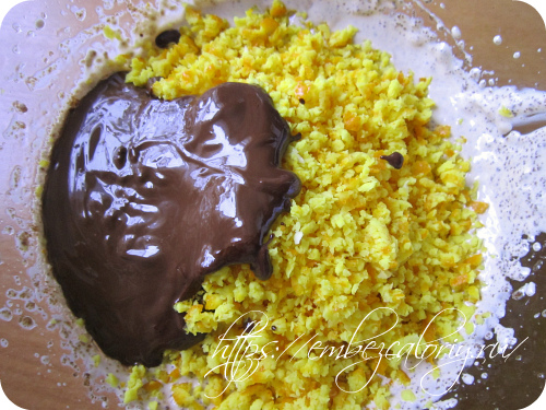 Добавляем цедру и шоколад в масляную смесь