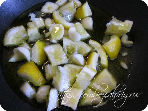 Разогреваем растительное масло с измельчённой цедрой лимона и чесноком