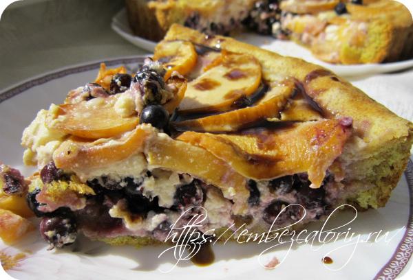 Пирог с иргой и персиками