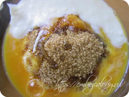 Смешиваем сметану, оставшийся сахар (2 ст.л.), урбеч, яйцо, молоко,