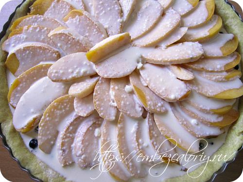 Нарезаем персики пластинками, укладываем и заливаем